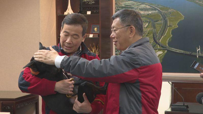 財團法人流浪動物之家基金會董事長鍾小平(左),下午抱著流浪犬「柯黑」到北市府拜訪柯文哲。記者顏凱勗/攝影