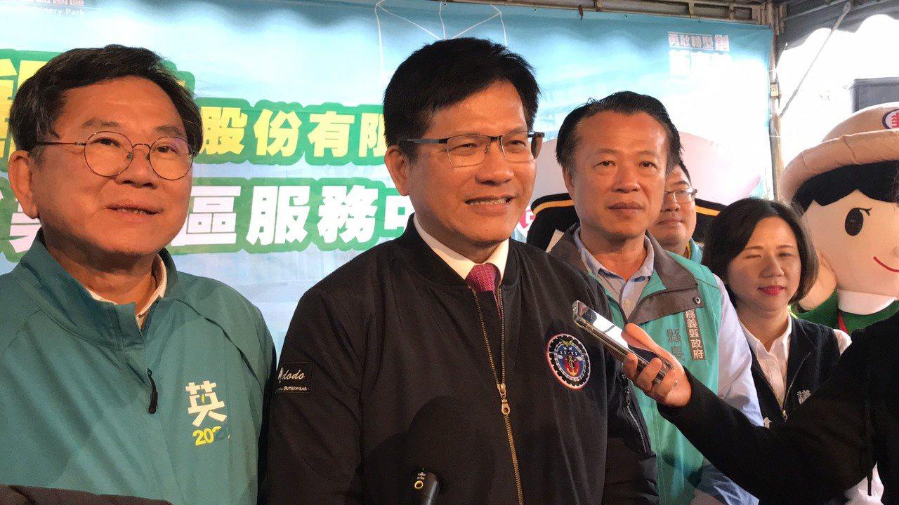 交通部長林佳龍(左二)昨說,延長國旅秋冬補助,讓過年更加熱鬧,帶動地方經濟。記者...