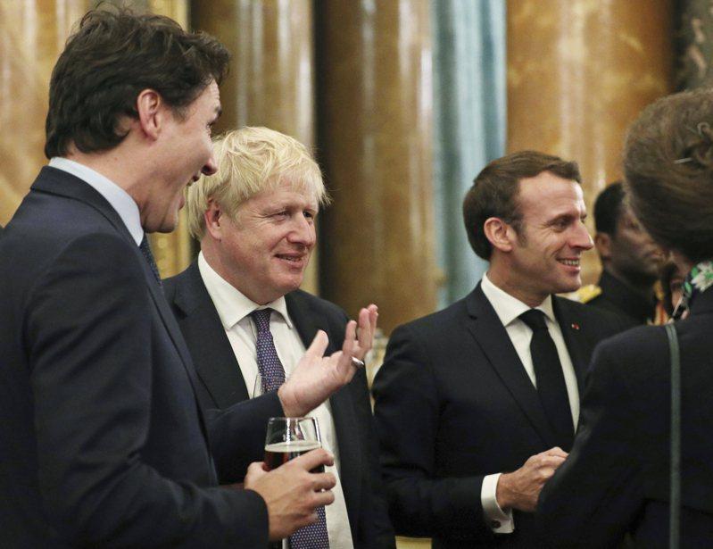 加拿大總理杜魯多(左起)、英國首相強生、法國總統馬克宏3日在美國總統川普背後講八卦。美聯社