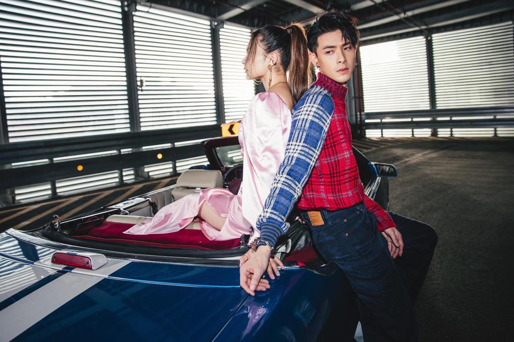 連晨翔(右)為新歌「You & Me」拍攝 MV。圖/華納音樂提供