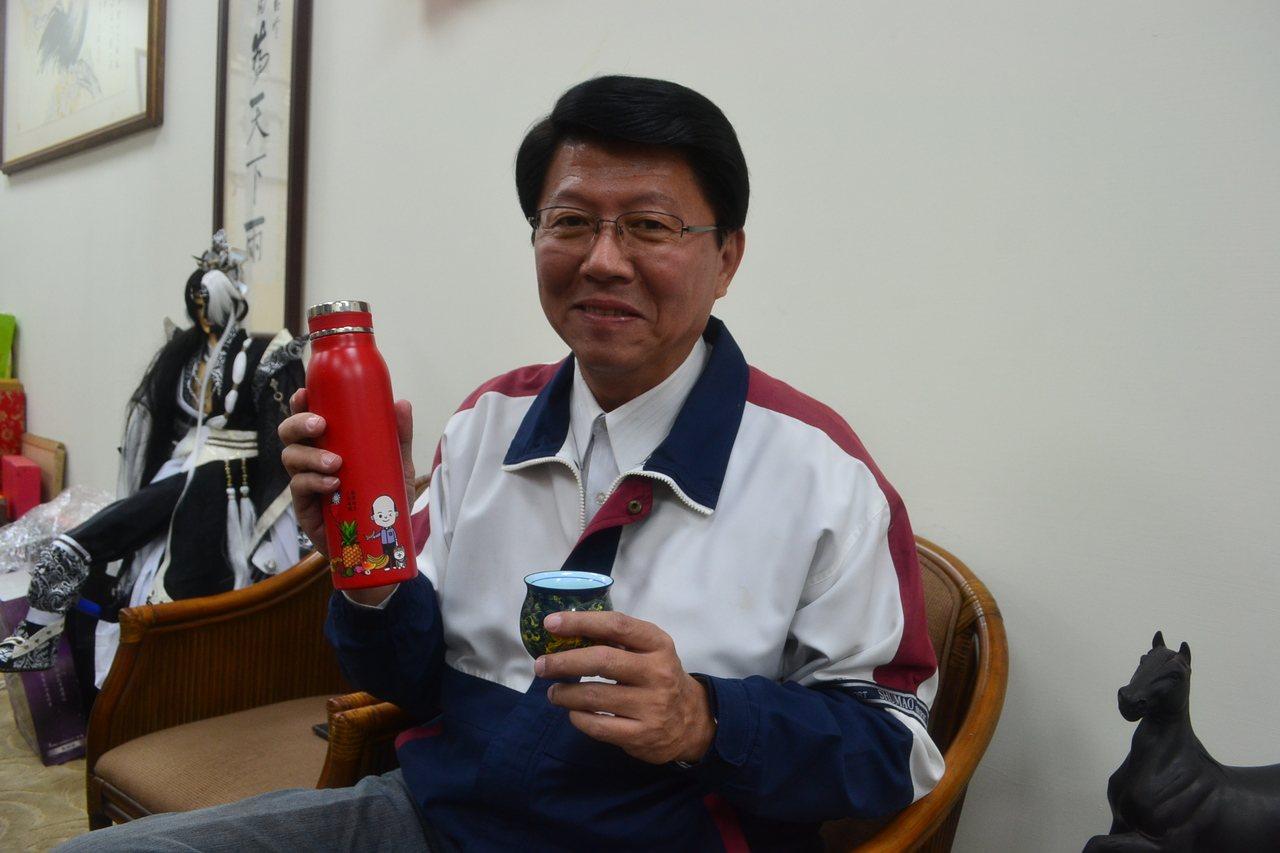 謝龍介燒聲,靠妻子李佳芬準備的甘蔗汁泡甘草片護喉嚨。記者鄭惠仁/攝影