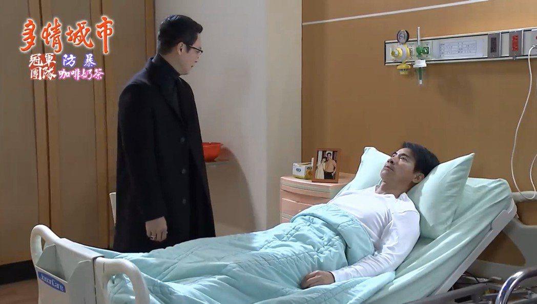 民視「多情城市」中,翁家明(右)因意外變成植物人,一躺20年,左為王燦。圖/截自