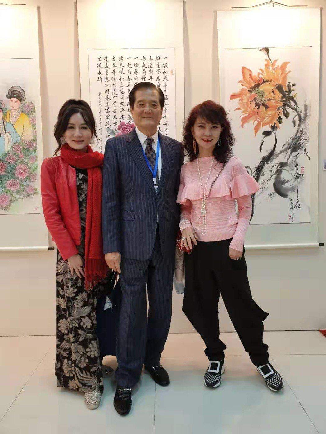 鄧美芳(右起)和理事長汪威江、畫家陳玉珠在平潭參加藝術家畫展。記者楊起鳳/攝影
