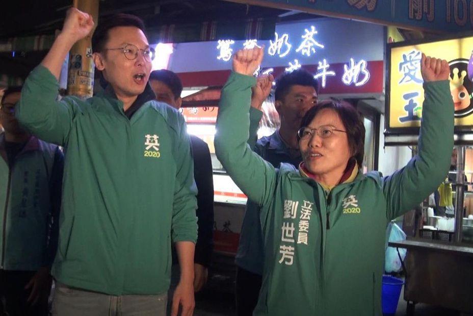 民進黨副祕書長林飛帆(左)今天晚間陪同高雄市立委第三選區民進黨參選人劉世芳到瑞豐夜市拜票。記者楊濡嘉/攝影