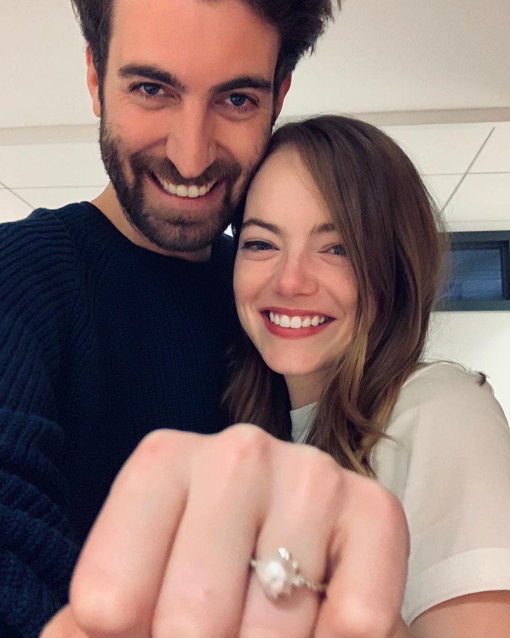 艾瑪史東與未婚夫戴維麥卡瑞開心秀婚戒。圖/摘自Instagram