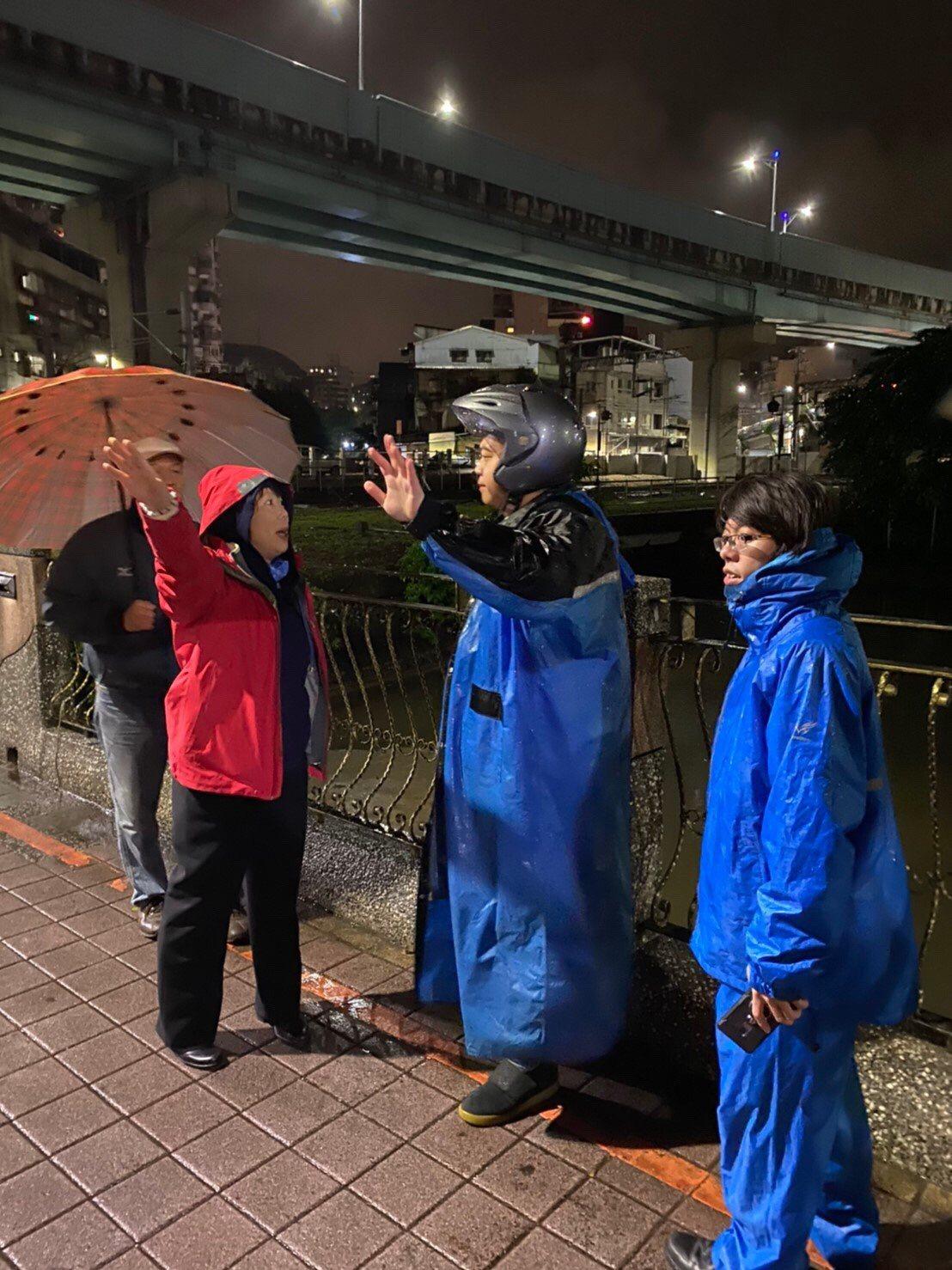 基隆西定河大雨疑遭偷倒廢油,民眾臭到受不了。圖/議員鄭文婷提供