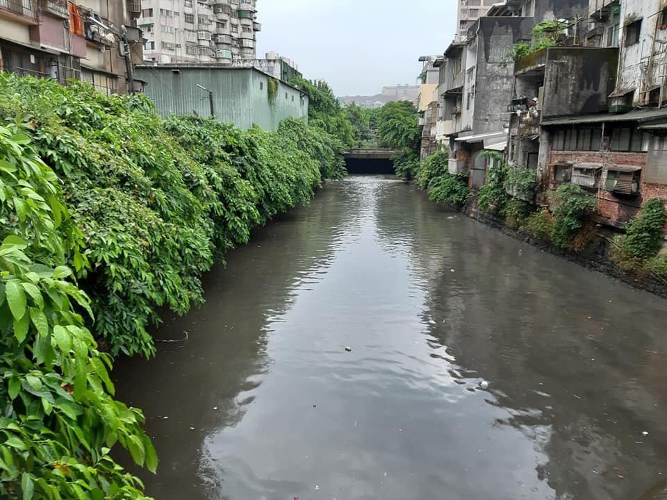 基隆西定河大雨疑遭偷倒廢油,民眾臭到受不了。圖/光華里長陳世豐提供