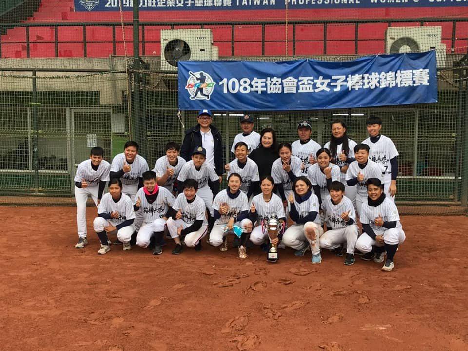 頂新和德奪下今年協會盃棒球賽冠軍,「師母」謝榮瑤與球員合影。圖/取自謝榮瑤臉書