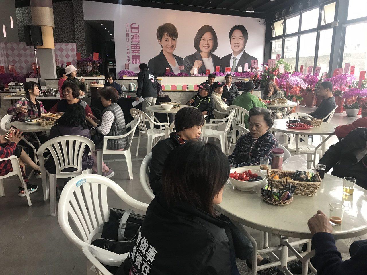 蕭美琴競選總部昨「開箱」,不少支持者到總部喝咖啡。記者王燕華/攝影