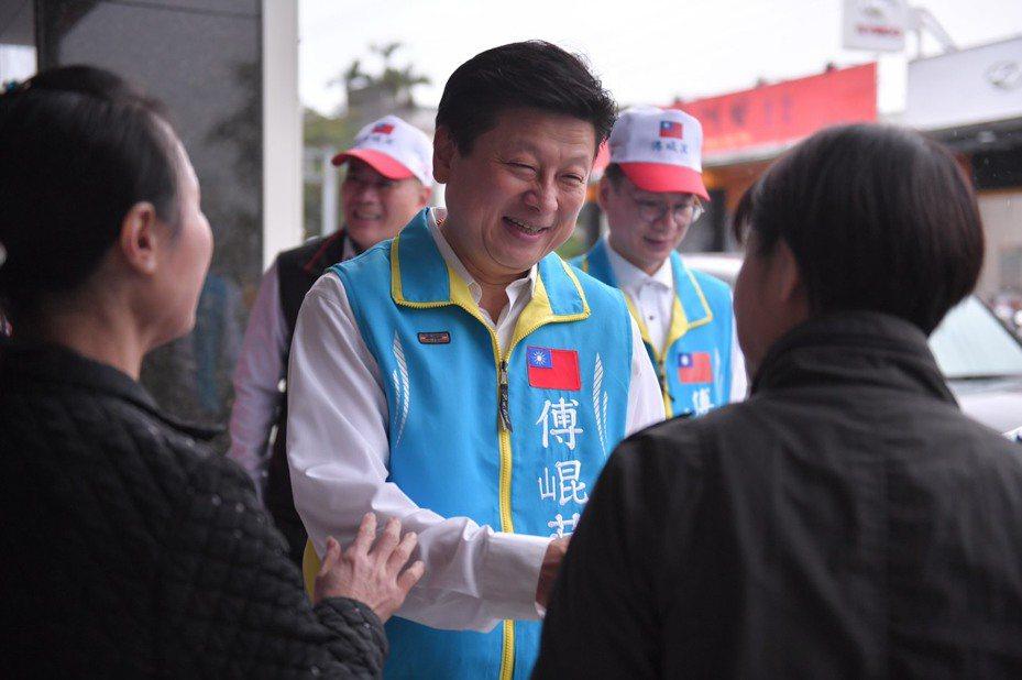 無黨籍花蓮立委參選人傅崐萁(中)今天在花蓮市區拜票,不少支持者為他加油。圖/傅崐萁競選總部提供