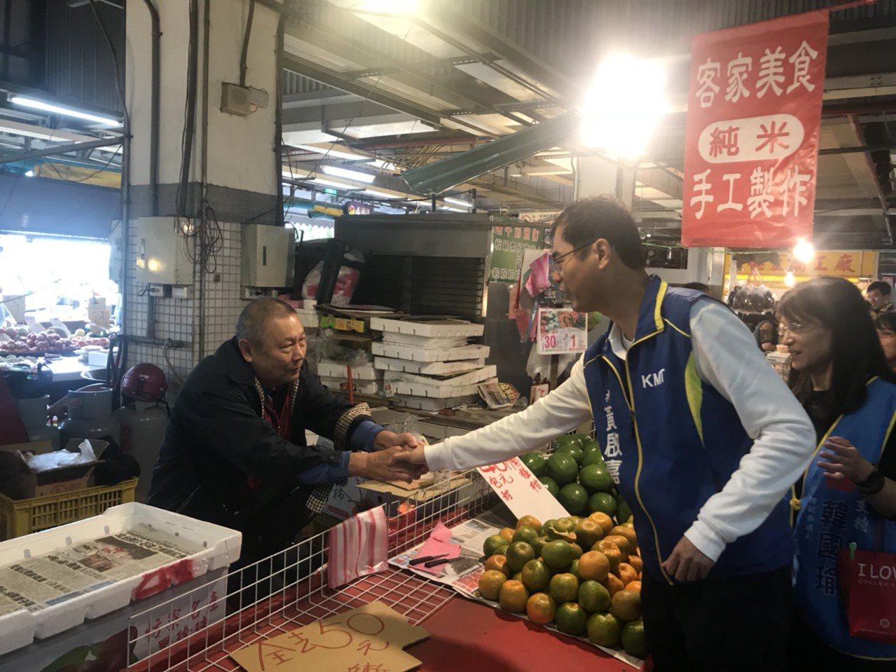 國民黨花蓮立委參選人黃啟嘉(右)今天到花蓮市重慶市場拜票。圖/黃啟嘉競選總部提供