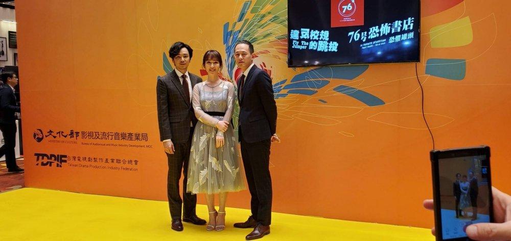 張書偉(右起)、導演莊絢維、張書偉為「76号恐怖書店」宣傳,小薰在片中恐怖模樣嚇...