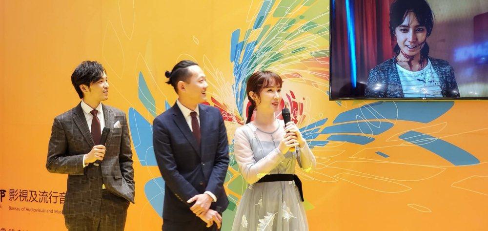小薰(右起)、導演莊絢維、張書偉為「76号恐怖書店」宣傳,小薰在片中恐怖模樣嚇壞...