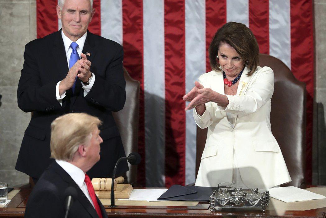 今年二月,川普(前中)到國會發表國情咨文,眾院議長波洛西(後右)鼓掌歡迎。美聯社