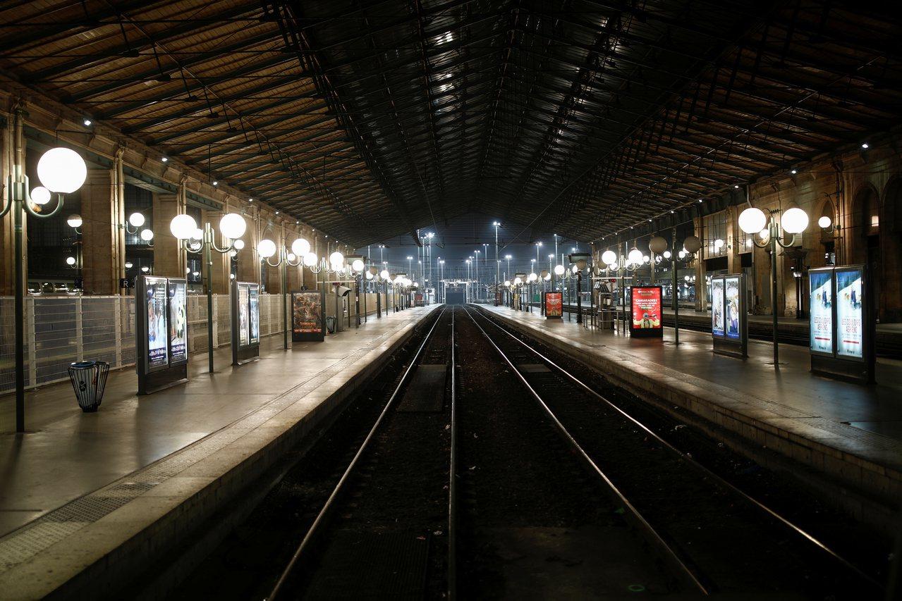 法國大眾運輸5日開始大罷工,乘客另覓替代交通方案,上午尖峰時段巴黎北站月台竟空蕩...