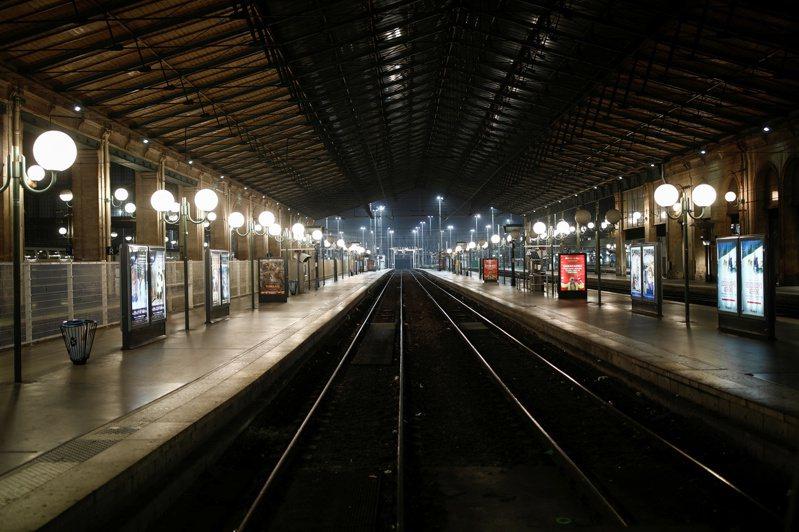 法國大眾運輸5日開始大罷工,乘客另覓替代交通方案,上午尖峰時段巴黎北站月台竟空蕩蕩。路透