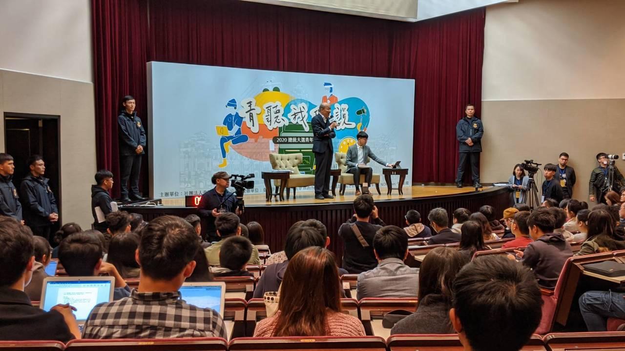 國民黨總統候選人韓國瑜晚間出席「青聽我們說-2020總統大選青年論壇」。記者蔡佩...
