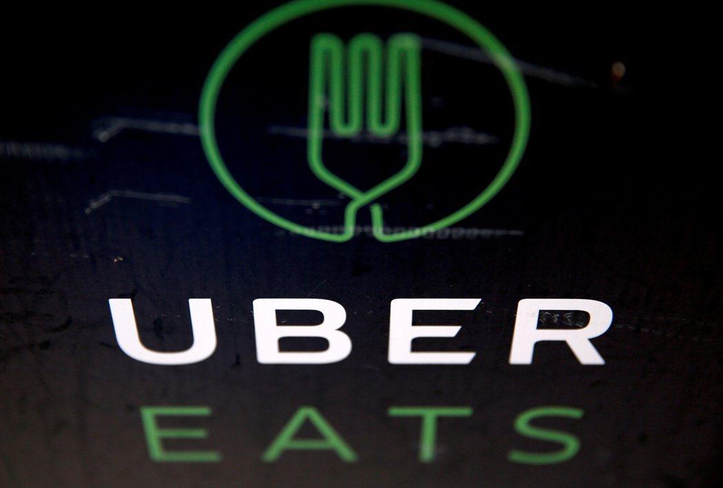 日本Uber Eats上月突然無故調降外送員基本薪資,引發工會抗議。  路透
