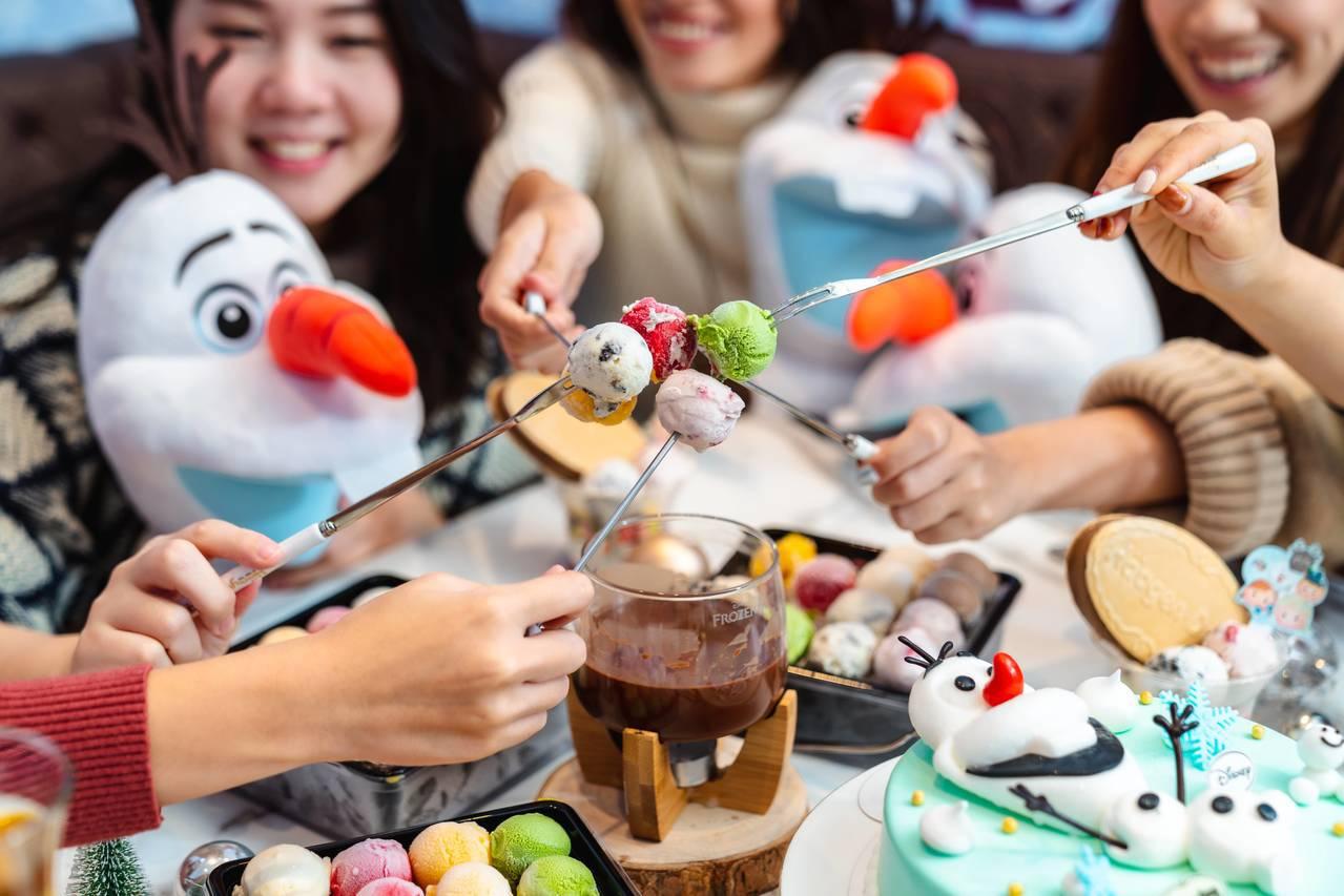 「冰雪奇幻城堡」讓艾莎、雪寶等角色陪伴一起度過美味時光。圖/哈根達斯提供