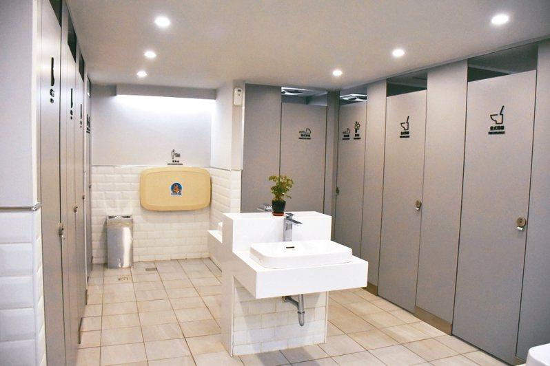 有網友好奇提問女生如果尿急又遇到大排長龍時,會借用男生廁所嗎?話題引起其他網友們的討論。照片為示意圖,新北市政府改建市民廣場1樓東側廁所。 聯合報系資料照片/記者江婉儀攝影