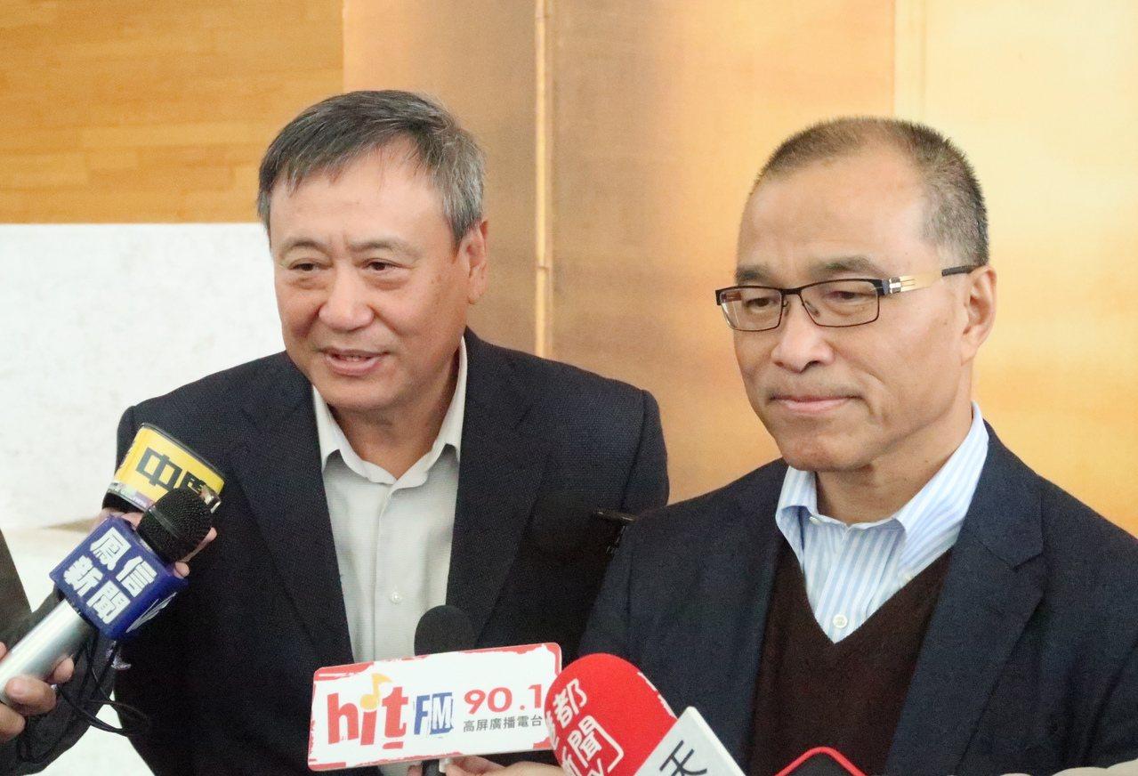 影想文化藝術基金會執行長李崗(左)感謝高雄市副市長葉匡時(右)協助,希望以此小故...