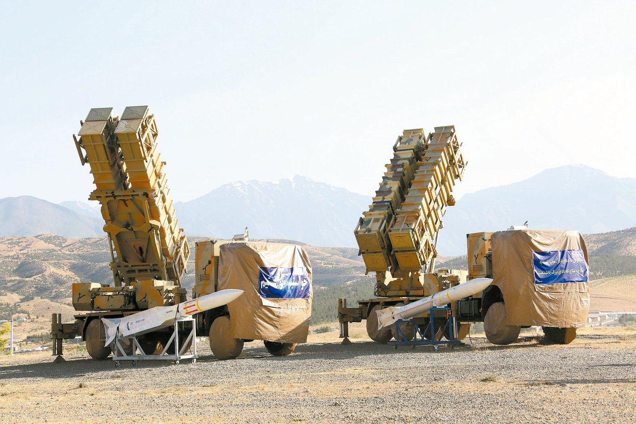 伊朗今年公布自行研製的國產新型飛彈防禦系統「六月—十五」。 (美聯社)