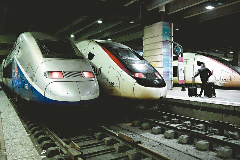 法國大眾運輸公司工會大罷工,巴黎蒙納帕斯車站五日上午只見一名旅客推著行李箱走過。 (法新社)