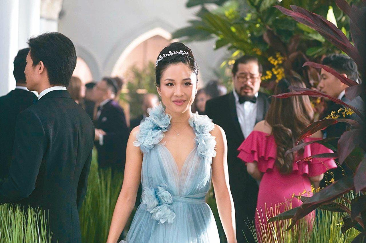 瑞秋三進楊家豪宅,水藍服裝有《小美人魚》的神話色彩,妝點公主風頭飾。(圖/摘自J...