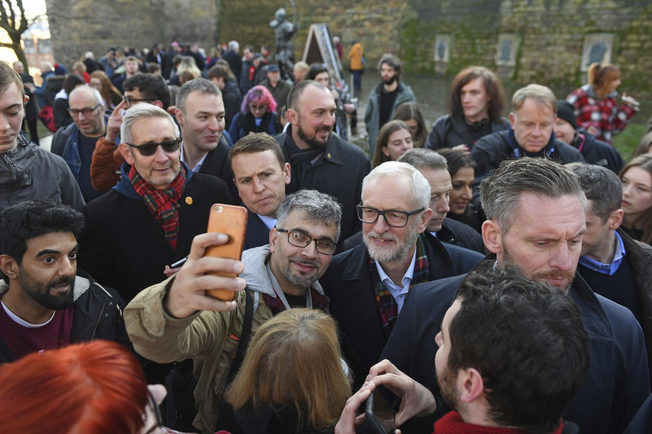 工黨黨魁柯賓(中)遭詹金斯批評把該黨帶往更左派的路線,以致競選期間國內對立和緊張...