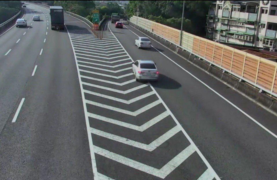 台灣城市鄉村距離近,交流道設置密集;在土地受限下,交流道寬幅受限,包括轉彎彎度也...
