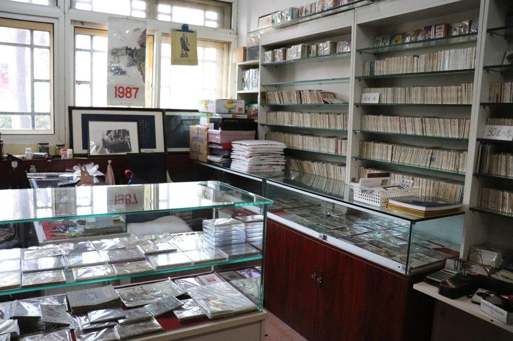 報國寺收藏市場內的一家商鋪一隅,牆上所販賣的連環畫內容反映時代的思潮與意識形態。...