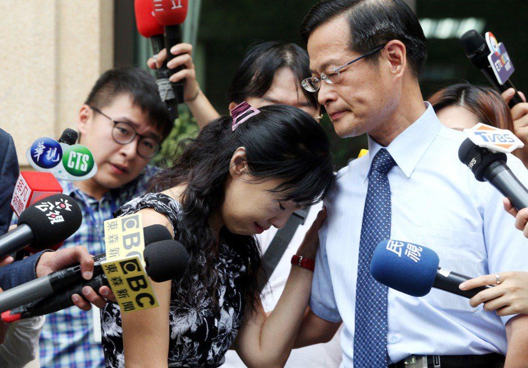 女法官楊絮雲(中)控訴調任最高法院期間遭分案霸凌,把久懸、且非她專業的案件「挖出...