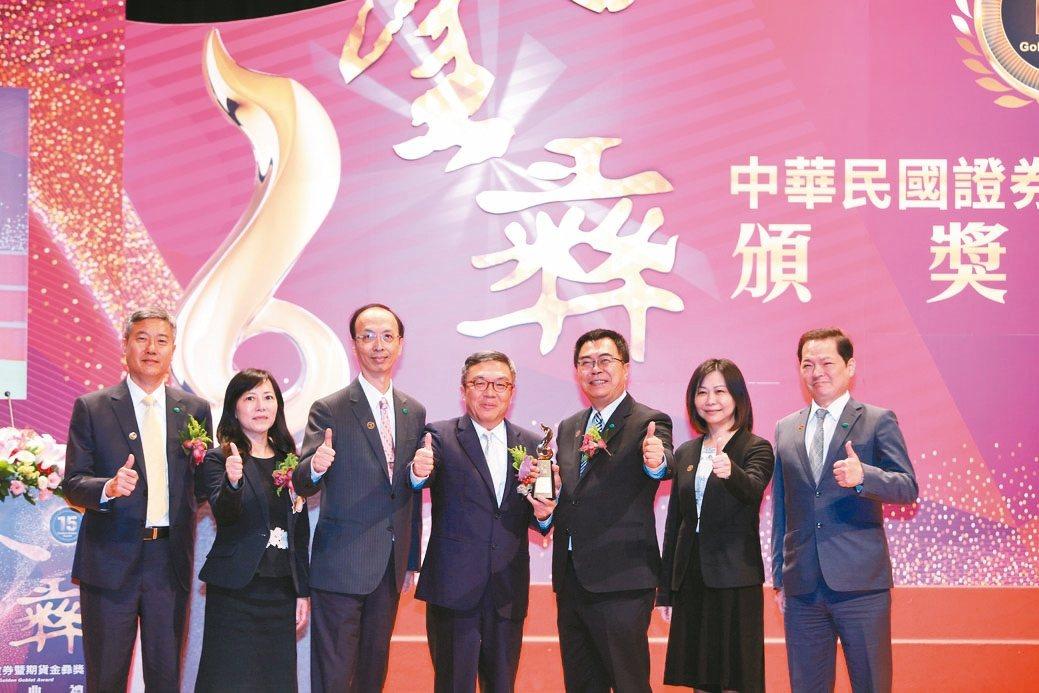 國泰投信勇奪4項大獎,實力備受肯定,總經理張雍川(右三)偕團隊接受殊榮。 國泰/...