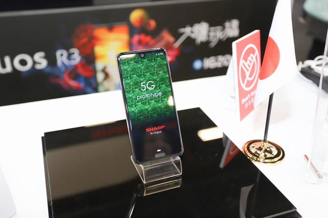 SHARP以旗下機皇R3為藍圖,展出5G示範手機外,經與該公司工作人員確認,後續...