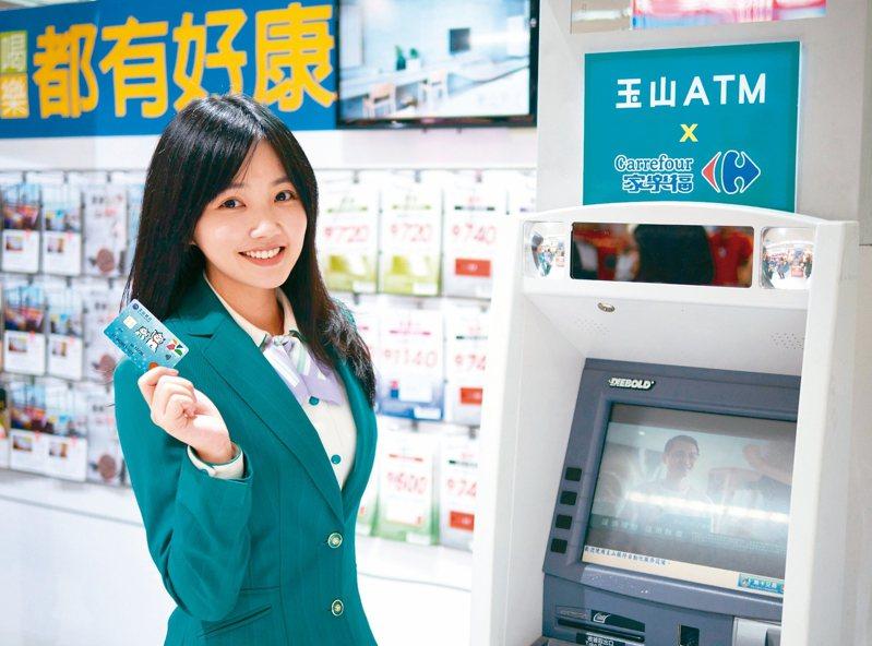 玉山銀行與全家便利超商合作,在24個台鐵站內設ATM。 本報系資料庫