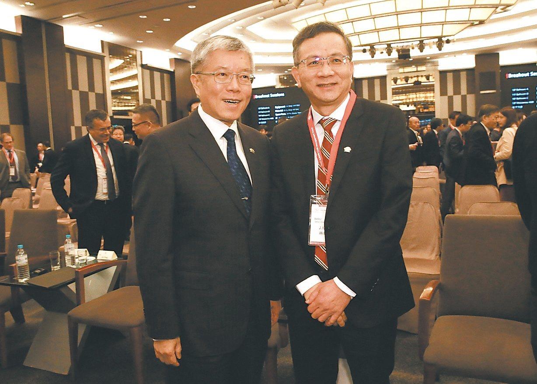台積電昨天舉辦供應鏈管理論壇,由林錦坤(右)與王建光等兩位資深副總主持。 記者黃...