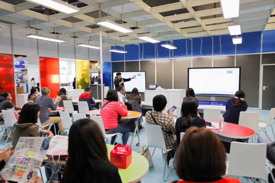 未來教室場場吸引不少老師參與,了解將最新科技帶入教學情境。 彭子豪/攝影