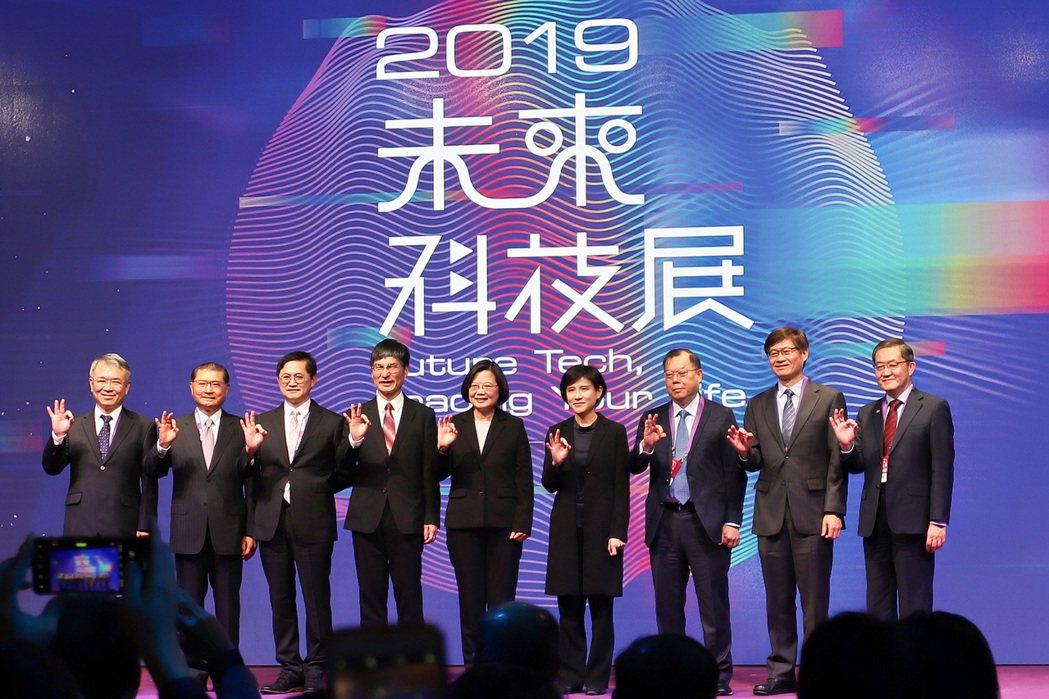 2019未來科技展今(5)日開展,總統蔡英文(中)力挺站台。 彭子豪/攝影