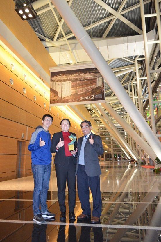 豐華生技研發部製程設計課經理胡顥騰博士(左)、副總經理謝佩珊博士(中)與財團法人...
