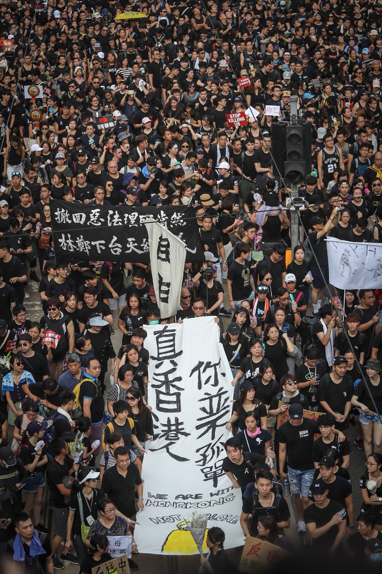 天寒驟雨,昨天香港中環的上班一族仍堅持午間「和你Lunch」示威。 中央社