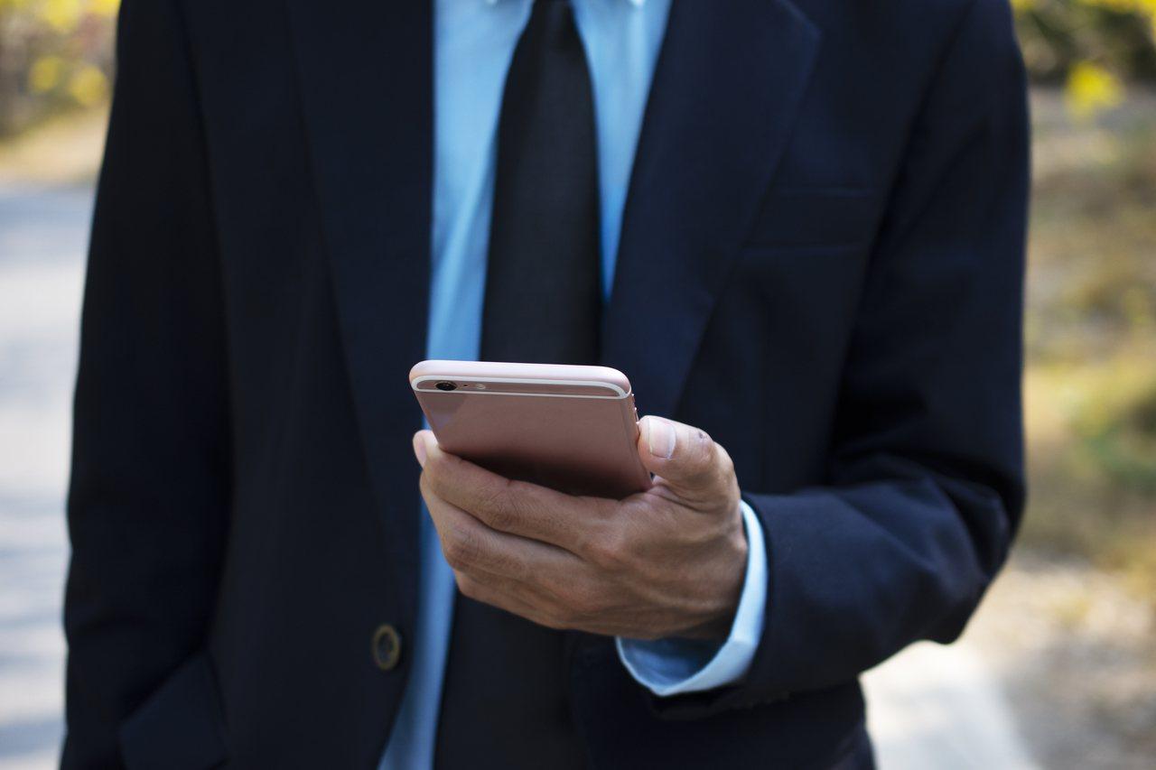 帕斯霍夫與其他醫生及研究人員分析20年的急診室數據,發現自2006年開始,手機引...