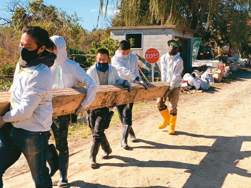 台南人陳一銘上個月組成志工團隊,前往日本丸森町,協助當地水災善後,志工鑽進房子底下清汙泥,被日本媒體報導。 圖/取自臉書、網路
