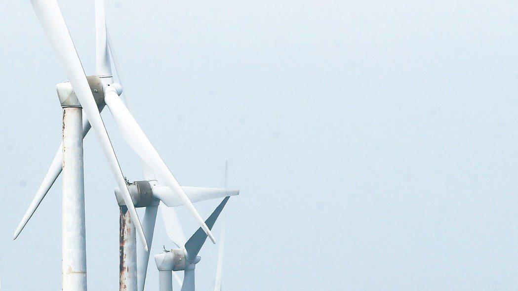 經濟部今公布離岸風電躉購費率由今年的每度5.516元調降至5.0946元,不到一...