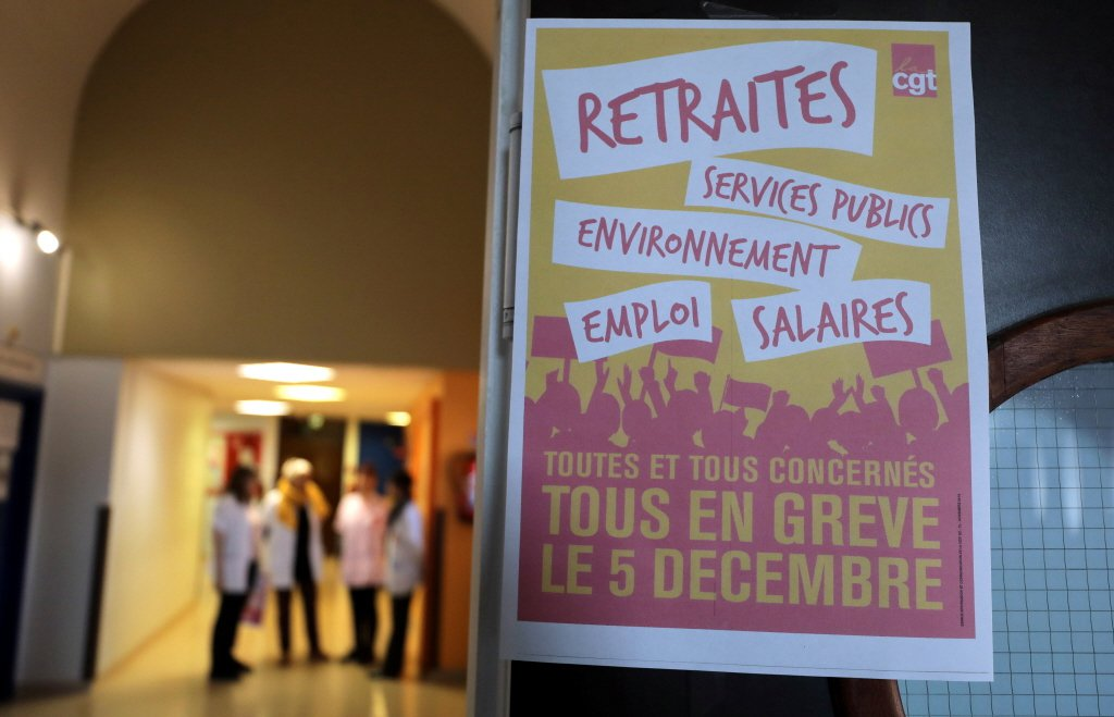 法國一家醫院貼著罷工海報。路透