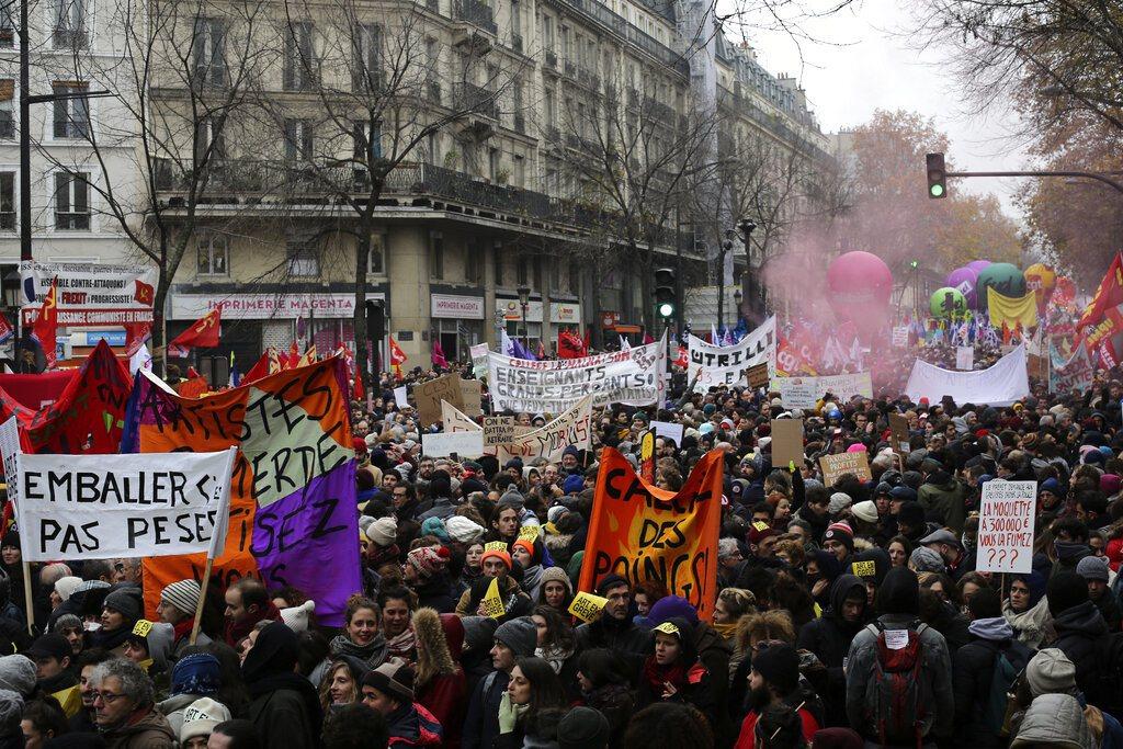 法國各職業工會集結80多萬人上街,抗議法國總統馬克宏提出的退休制度改革,全國大罷...