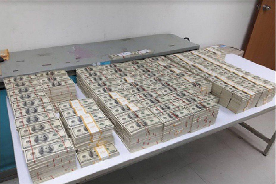 新北地檢署6日表示,檢察官指揮刑事警察局等單位偵破近年最大宗偽造百元美鈔案,歷經6個月追查,待時機成熟,於5日收網,查扣偽造美金現鈔1104萬餘元(約新台幣3億3000餘萬元)。(檢方提供)