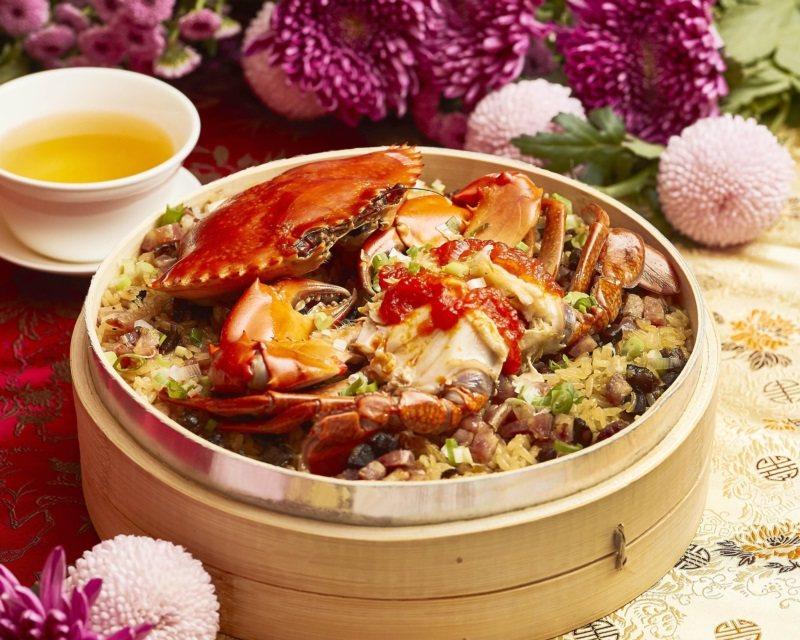 喜氣洋洋的「紅蟳臘味糯米飯」。 圖/台北西華飯店提供