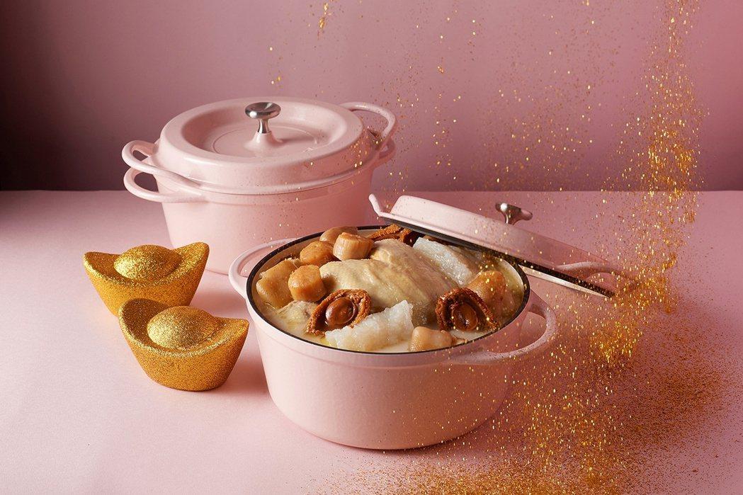 台北美福大飯店潮粵坊的「鮑魚黏嘴雞鍋」,可連同鑄鐵鍋一起上桌。 圖/台北美福提供