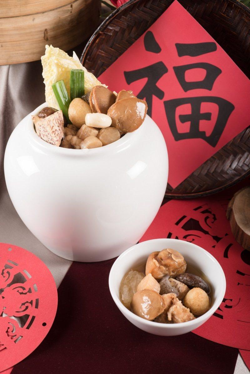 六福客棧經典佛跳牆,採台灣民眾最熟悉的閩南口味,使用烏醋與紅蔥頭為基底,搭配各式...