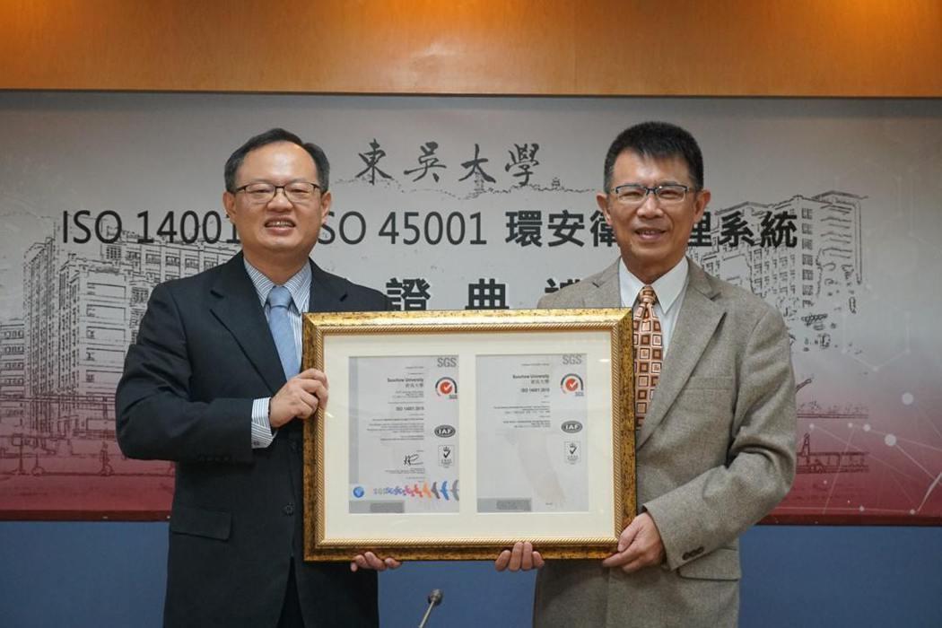 東吳大學校長潘維大(右)代表接受SGS總監謝禎濤授證。 SGS/提供